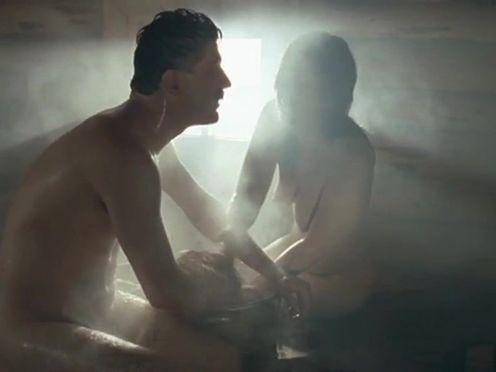 Мужик пристает к голой девушке в бане