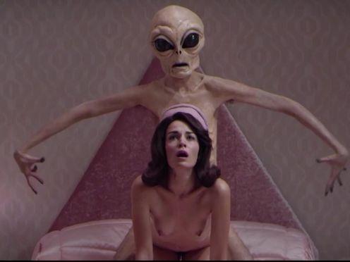 Инопланетянин занимается сексом с женщиной