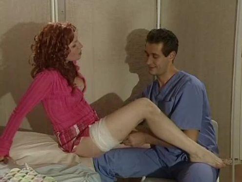 Рыжеволосая бестия раздвинула ноги перед врачом