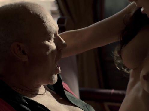 Папик развлекается с проституткой