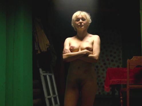 Полностью голая блондинка показывает свои побои