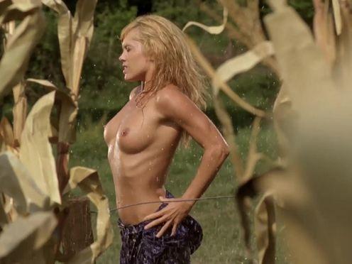 Блондинка раздевается посреди кукурузного поля и ласкает себя