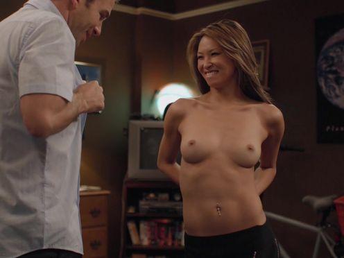 Девушка показала свою грудь с маленькими сосками неопытному мужику