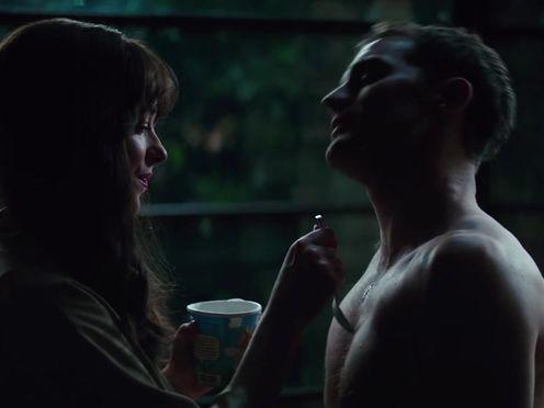 Любовники обмазываются мороженым и ласкают друг друга на кухонном столе