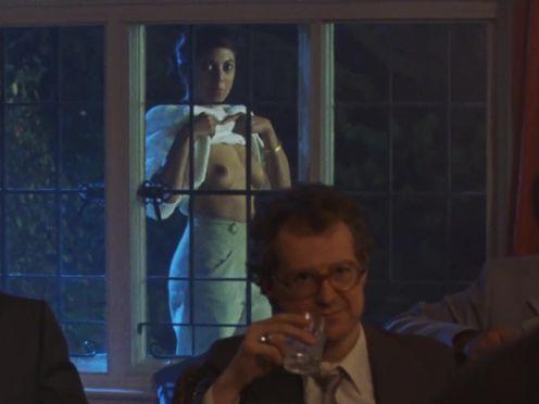 Смуглая красотка задрала кофту и показывает сиськи мужикам на деловом мероприятии