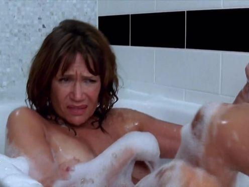 Зрелая женщина принимает ванну с молодым парнем