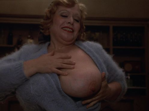 Полная дамочка дала молодому парню пососать огромному грудь