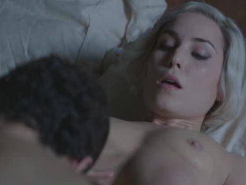 Блонда легла под мужика, чтобы взломать его комп