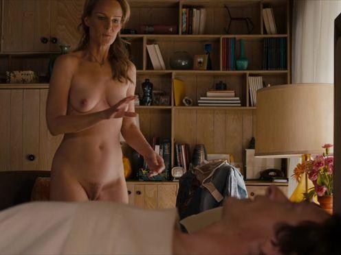 Стройная женщина учит сексу лежачего больного