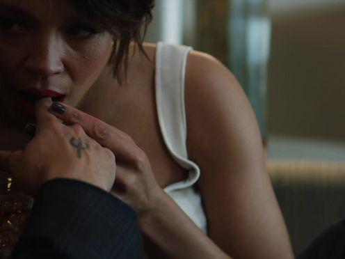 Красотка хочет секса, но любовник просит ее не торопиться