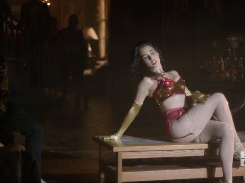 Видная брюнетка исполняет очень эротичный танец