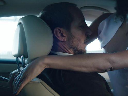 Проститутка ублажает клиента на водительском сидении