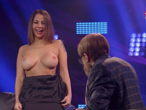 Девушка показала голые сиськи на шоу