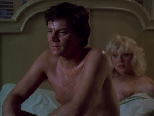 Блондинка с висячими сиськами успокаивает любовника после неудачи в постели
