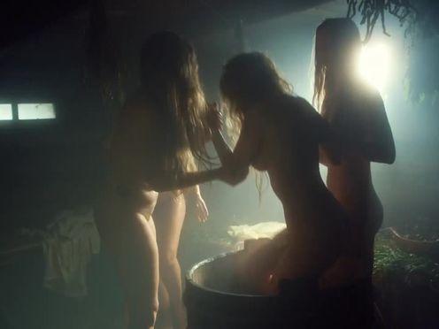 Русские голые девки в деревенской бане с вениками
