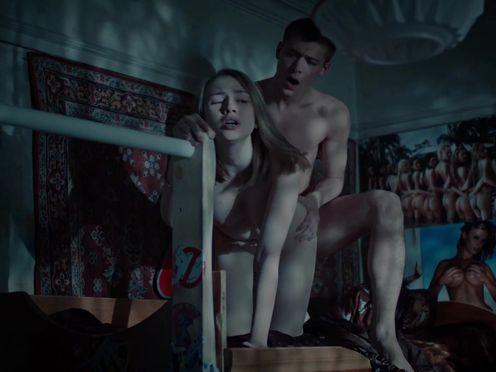 Парень занимается сексом с девушкой своего друга