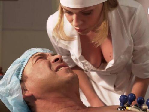 Медсестра с большими сиськами спасает пациента
