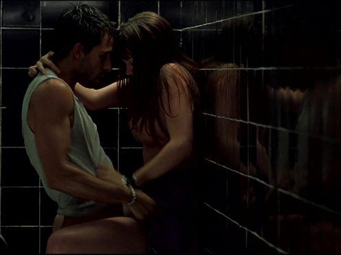 Страстный секс в кабинке общественного туалета с молодой брюнеткой