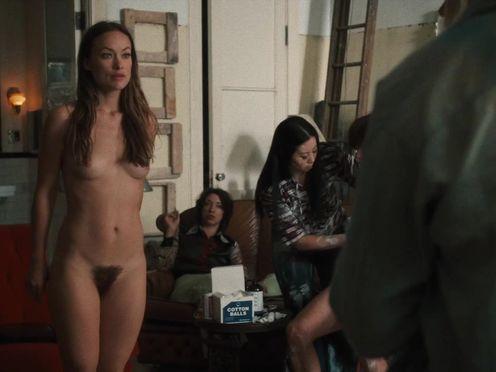 Красивая голая натурщица позирует для художника