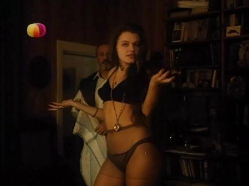 Советская красавица демонстрирует себя в нижнем белье