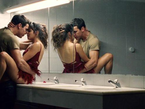 Красотка захотела секса в общественном туалете на раковине