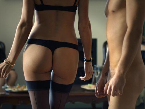 Богатые женщины наблюдают за сексом молодых
