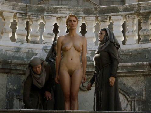 Полностью голую королеву ведут через толпу для унижения