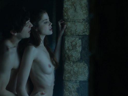 Парень владеет голой стройной девкой в замке