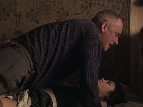 Русский насильственный секс с молодой девкой и зрелым мужчиной
