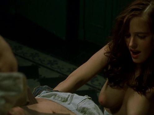 Красивая голая девушка снимает трусы с парня против его воли