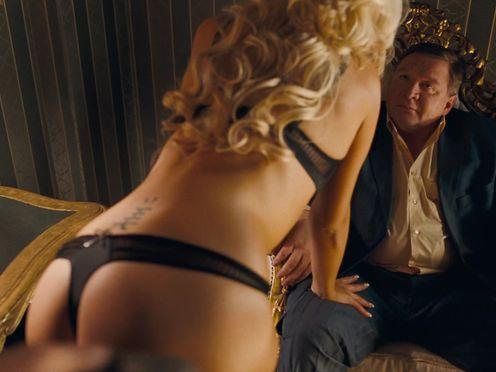 Сексуальная дамочка в белье с папиком в борделе