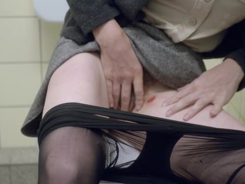 Женщина мастурбирует до крови