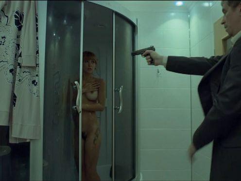 Не простая голая женщина в душе под прицелом пистолета
