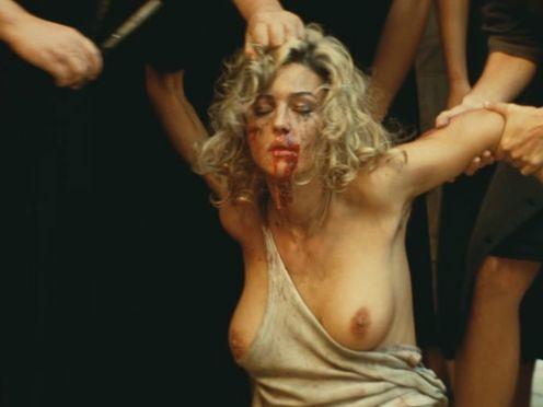 Женщины жестко избивают проститутку за то, что она спала с их мужьями