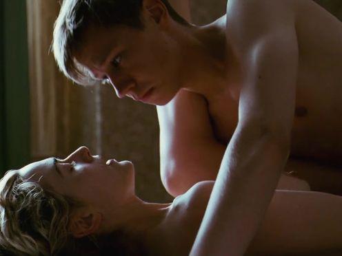 Опытная женщина обучает молодого парня сексу