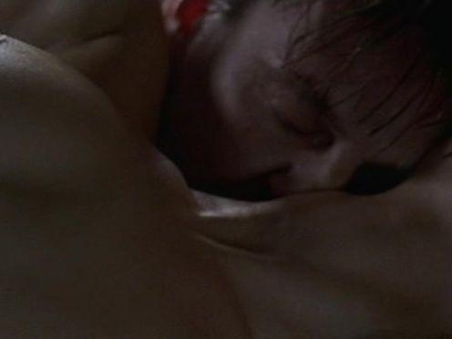 Любовники занимаются страстным сексом на полу