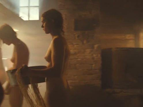 Голые женщины моются в общественной русской бане