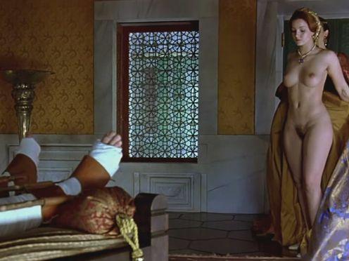 Красивая голая принцесса сидит на лорде для лишения девственности