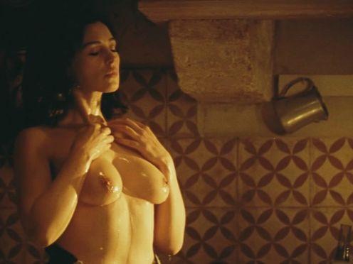 Мальчик подглядывает за женщиной, которая моет грудь