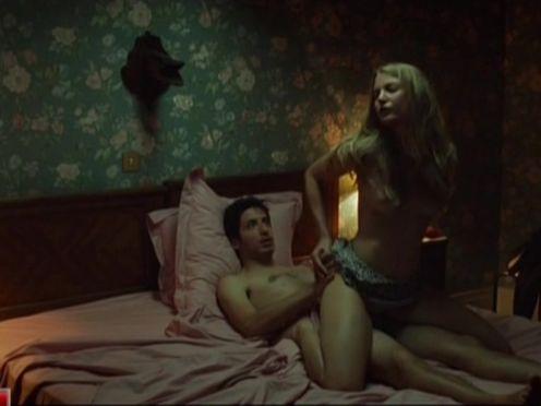 Парень увидел голую девушку друга и испугал ее своим внезапным присутствием