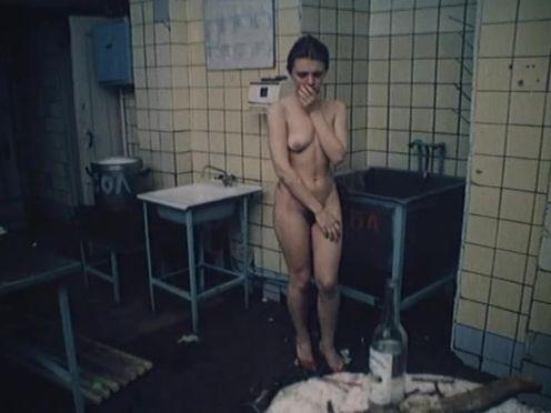 Пьяная девушка разделась на кухне в столовой для секса
