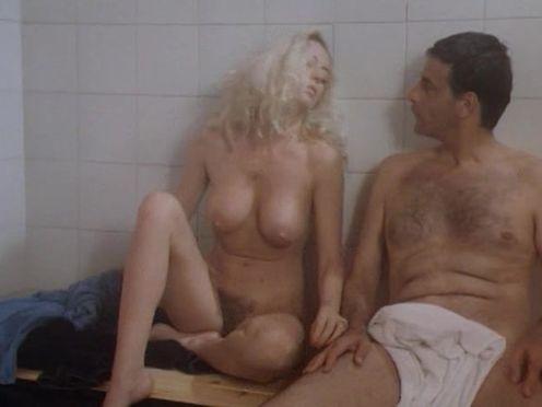 Полностью голая красивая женщина в сауне с мужчиной