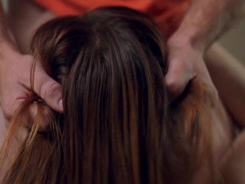 Мужик держит за волосы девушку во время жесткого минета