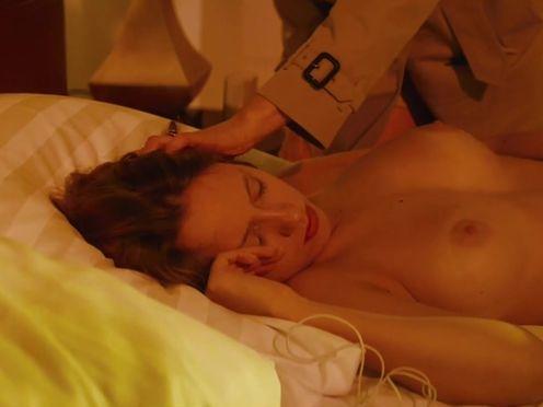 Изучение спящей голой девушки и всех ее секретов