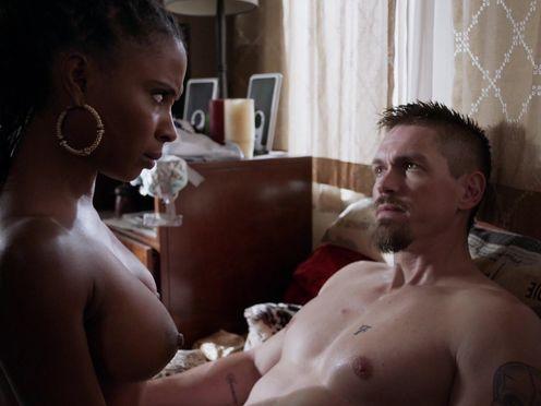 Черная жена делает минет белому мужу