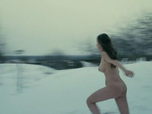 Голая русская девушка на улице зимой