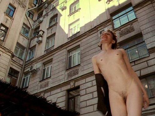 Полностью голая страшная женщина без сисек на улице