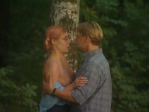 Мужик пытается склонить телку к сексу в лесу