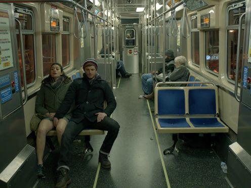 Случайный парень мастурбирует девушке в метро