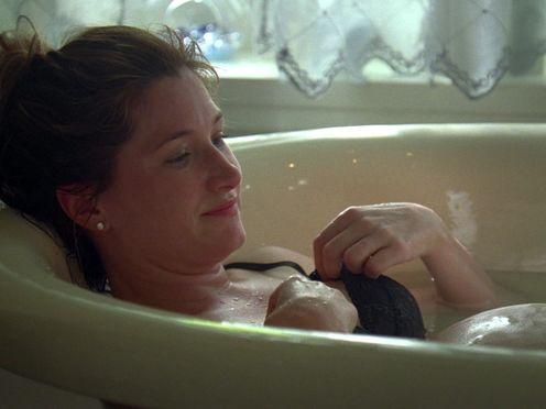 Мужик мастурбирует беременной в ванне